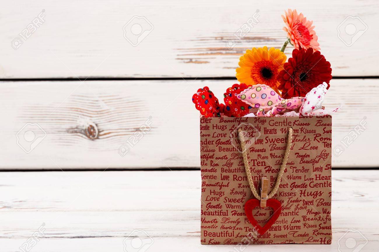 pas mal qualité-supérieure nouvelles promotions Imprimé sac en papier avec des fleurs. Coeur avec clothespin sur le sac.  Comment emballer un cadeau. cadeau coloré pour ma chérie.