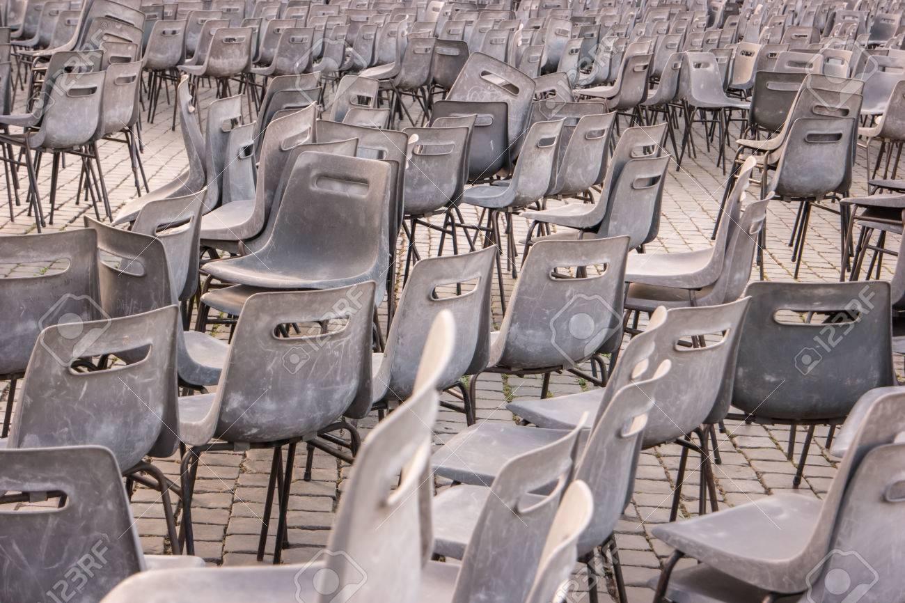 Sedie In Plastica Stock.Immagini Stock Molte Sedie Grigie Sedie Di Plastica All Aperto
