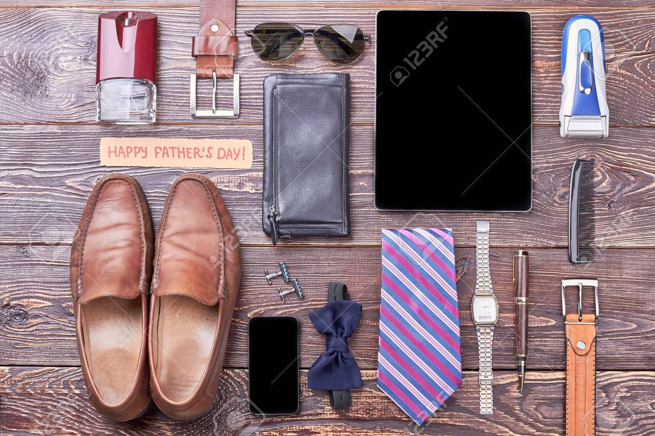 30c828715 Foto de archivo - Tarjeta del día de los accesorios y del día de padres.  Gadgets, cartera y zapatos. Los papás completos miran por los accesorios.