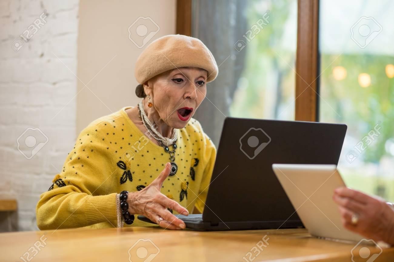 Znalezione obrazy dla zapytania senior i laptop