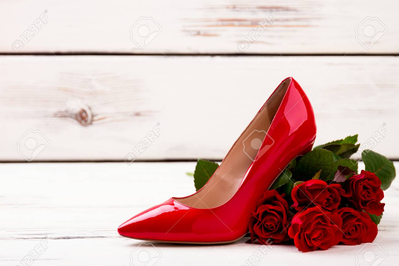 004319a65597eb Rosenstrauss und Schuh. Schuhe und heller hölzerner Hintergrund. Eleganz in jedem  Schritt. Standard