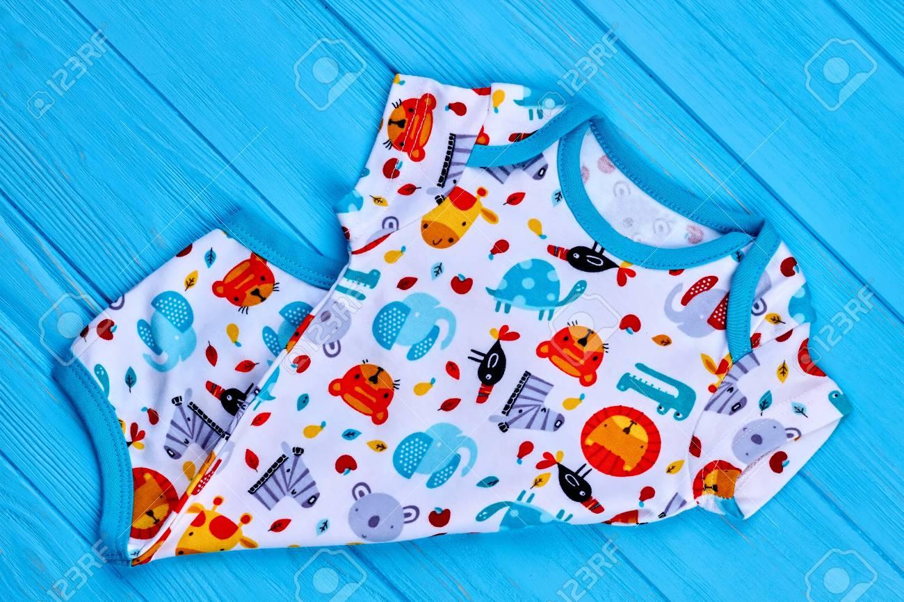 932ba7084f4b1 Nouveau body en coton au design délicat. Combi-short de mode naturel pour  bébé sur fond coloré se bouchent. Boutique nouveau Body mignon bébé.