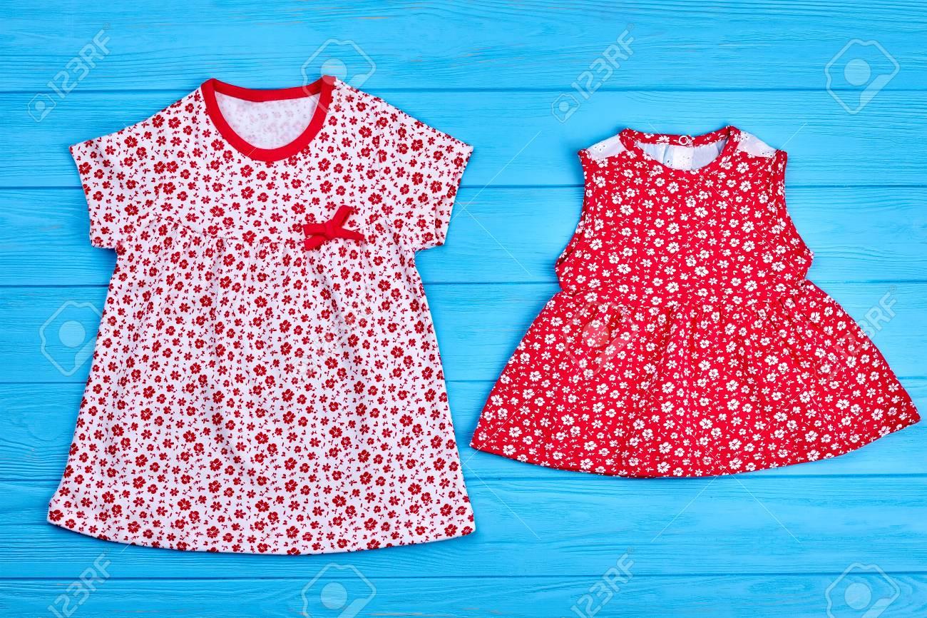 81554b0dd2e8 Ropa de verano para niños de algodón. Vestidos de algodón natural niña.  Conjunto de vestidos de verano de niños en el fondo de madera azul.