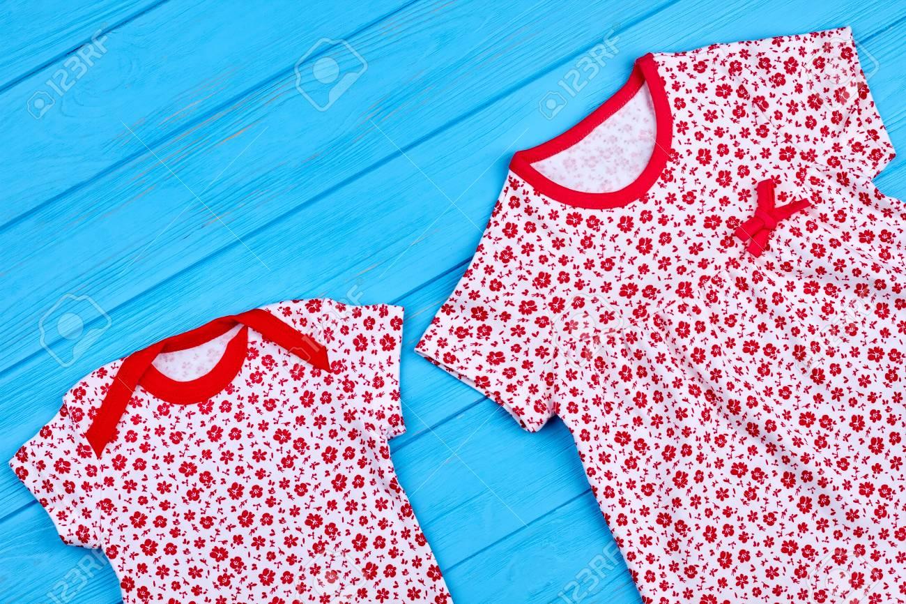 522a2bca8 Body y vestido estampado de flores para bebés. Ropa blanca en ptint floral  rojo para