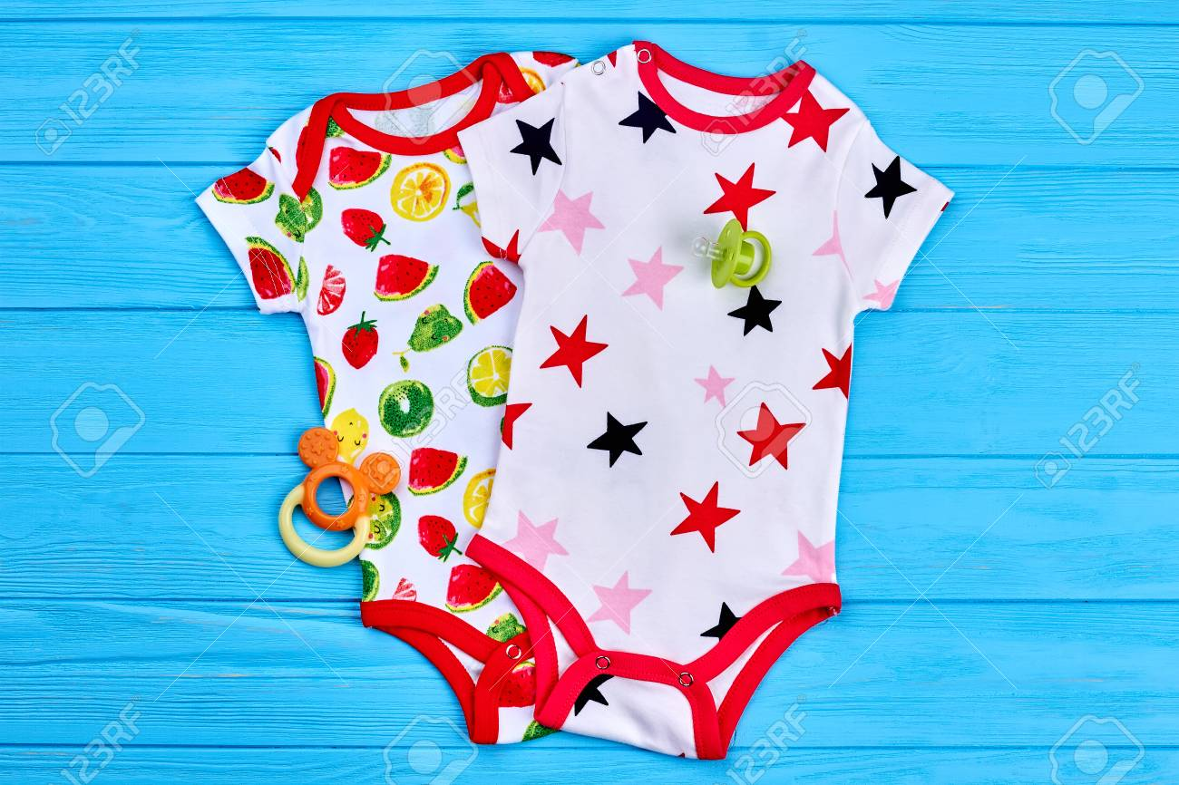 6767c22b5 Foto de archivo - Monos adorables para bebés bebés. Hermosos mamelucos estampados  bebé y accesorios