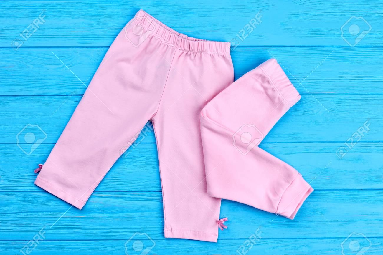 381f53730 Foto de archivo - Pantalones de bebé niña de marca natural. Calzas de  algodón clásicas para bebés bebés. Compre ropa nueva para niños naturales.