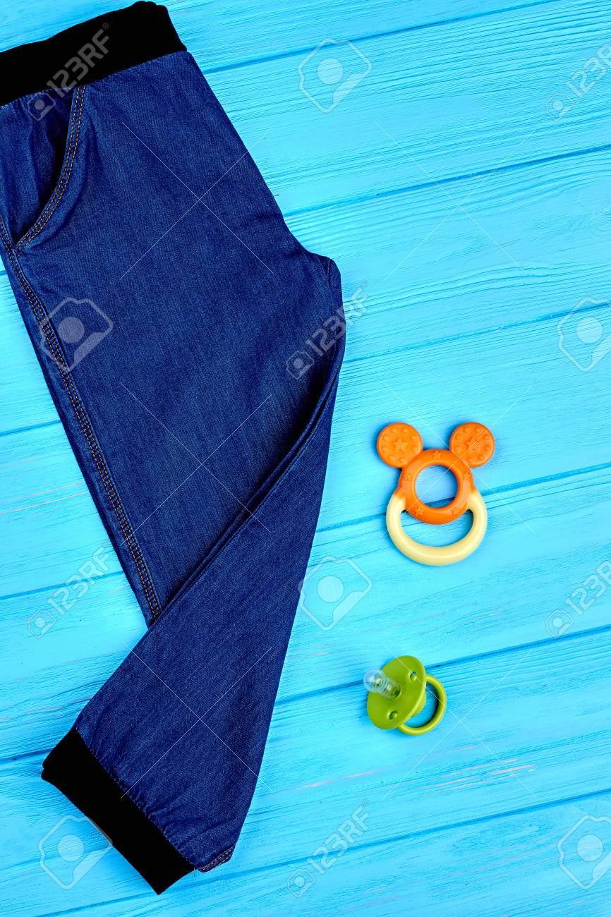 8d2513cd9 Foto de archivo - Jeans y accesorios para niños, vista desde arriba. Nuevos  pantalones de mezclilla para bebé infantil, juguete, chupete, fondo de  madera ...
