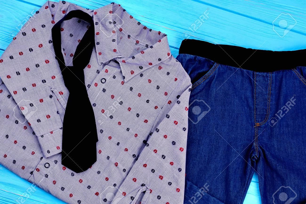 8a2fe406b Conjunto de ropa de moda para niños pequeños. Camisa, corbata y jeans para  niños