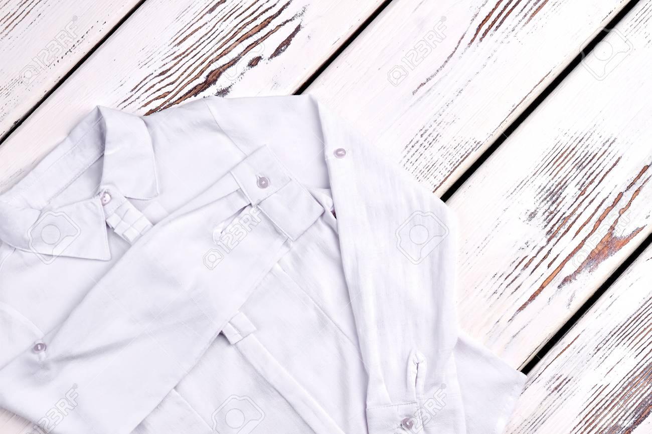 1583834aa Nueva blusa blanca para niña de la escuela. Blusa blanca elegante del  algodón de las muchachas para la ropa de la escuela en viejo fondo de  madera. ...