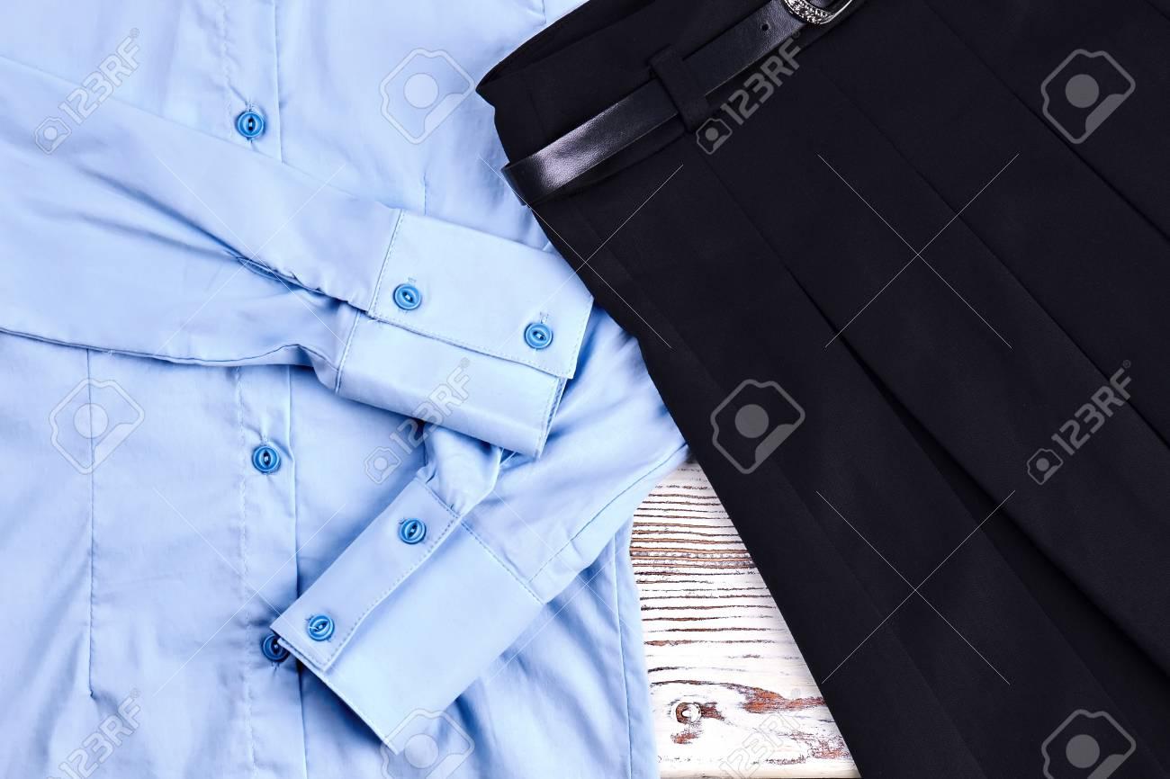 7ebf8b0aa Ropa escolar para niñas. Detalle de camisa de algodón y falda plisada. Blusa  de manga larga azul claro y