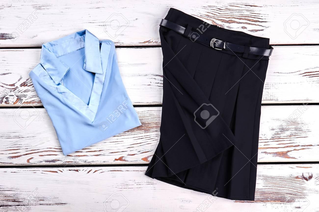 8d37326b5 Hermoso conjunto de ropa de la escuela para niña. Nueva blusa de las  muchachas azul claro y falda plisada negra para la ropa de la escuela,  fondo de ...