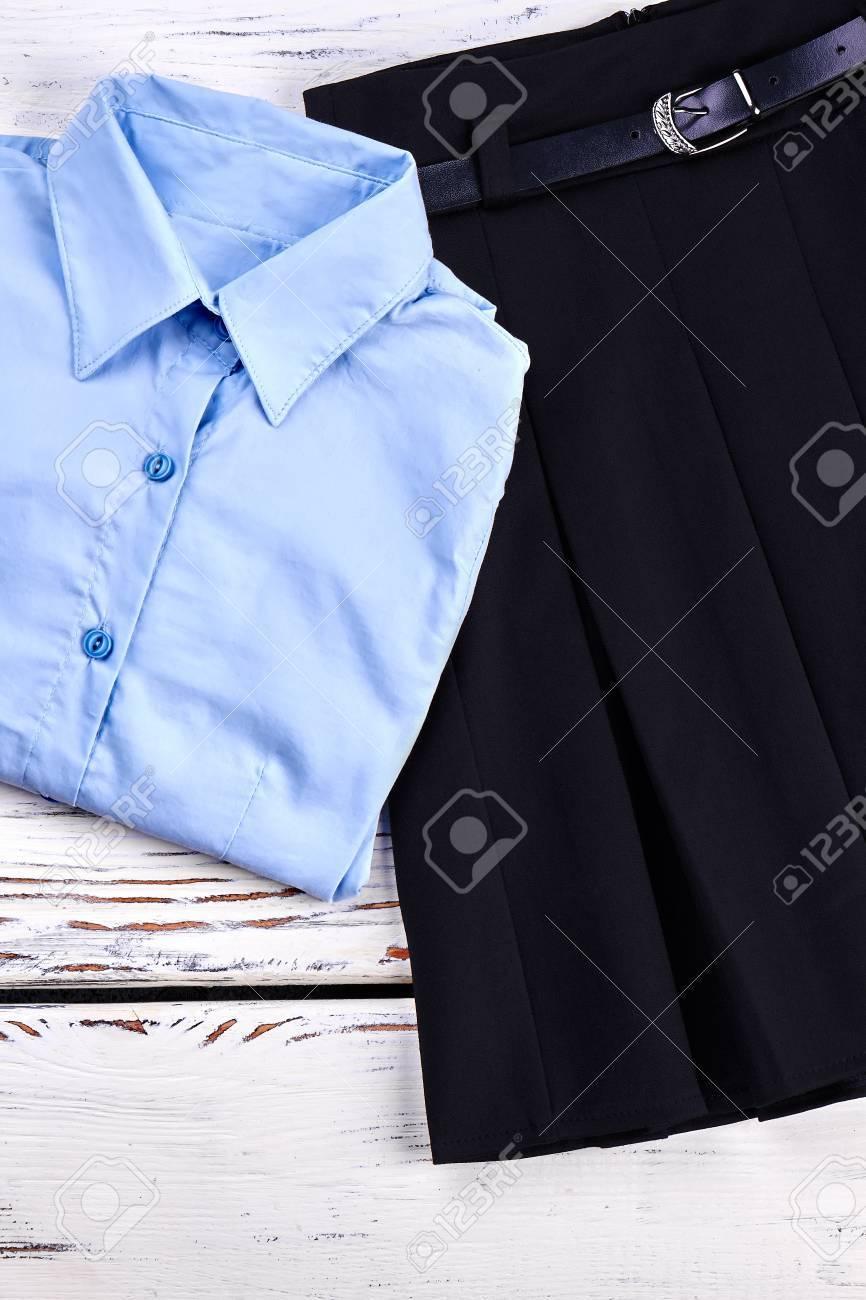 92d65c581 Conjunto de ropa clásica de niñas de la escuela. Hermosa blusa abotonada  azul claro y