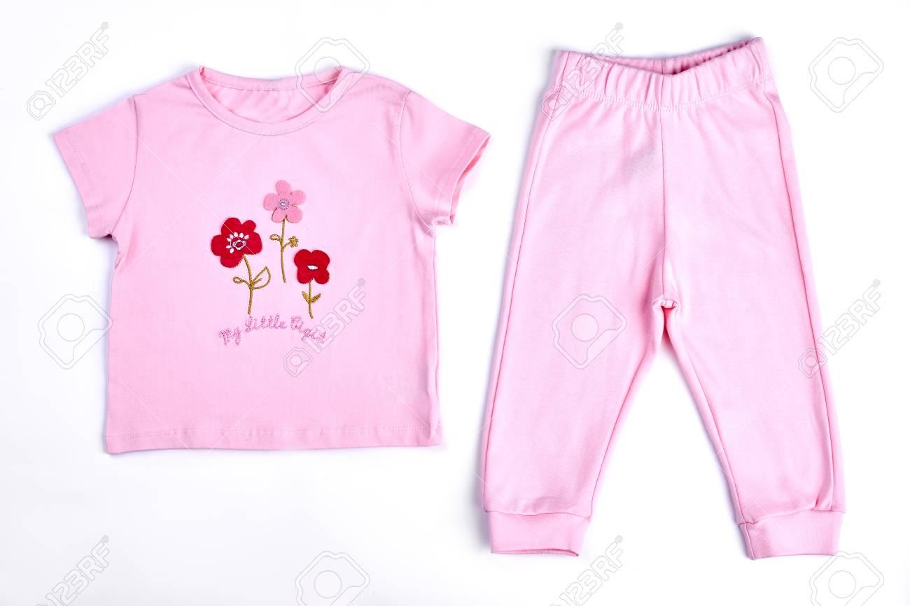 40f036905 ... sobre fondo blanco. Niña hermosa ropa de niña a la venta. Baby-girl rosa  camiseta y pantalones. Bebé recién nacido adorable traje de algodón rosa