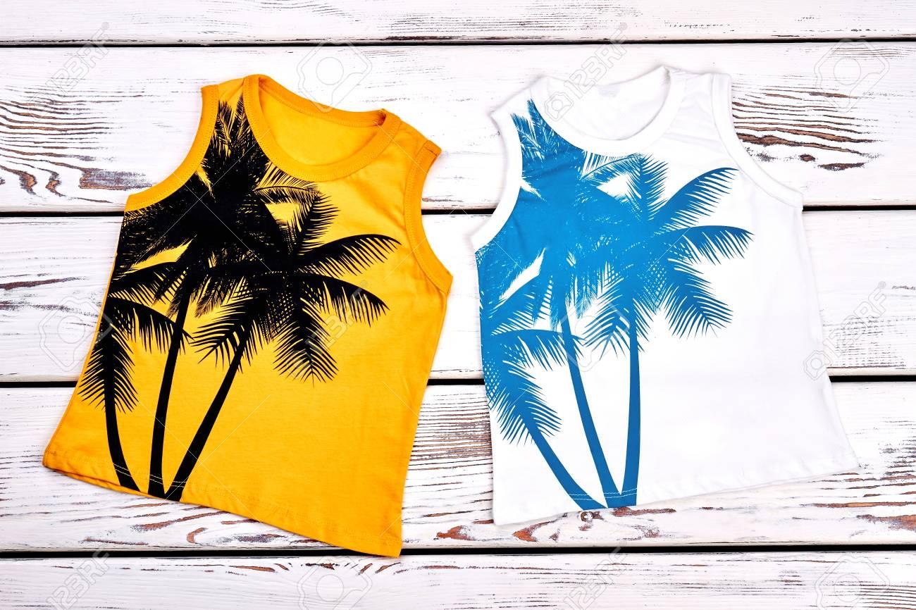 Conjunto de camisetas estampadas de colores para niños. Colección de nuevas  camisetas sin mangas impresas 8c1f5c2bf1382