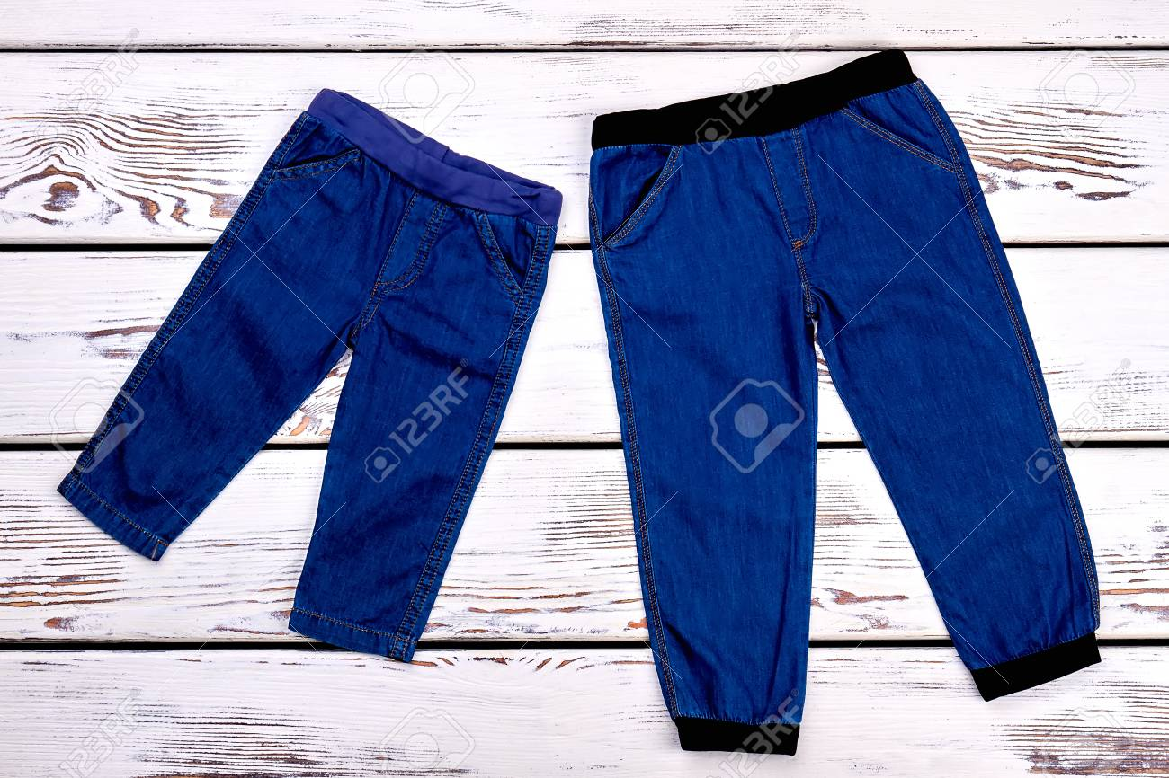 Nuevos Jeans Para Bebes Y Ninos Pequenos Pantalones De Jean De Alta Calidad De Los Ninos En El Fondo De Madera Blanco Ropa De Moda Childs A La Venta Fotos Retratos Imagenes