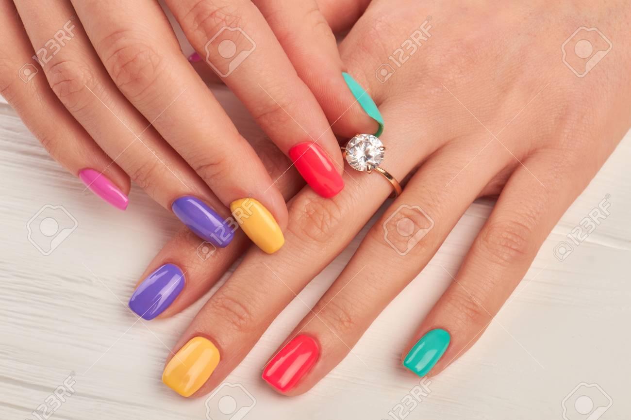 Manikürte Finger, Die Diamanten Auf Ring Berühren. Verlobungsring ...
