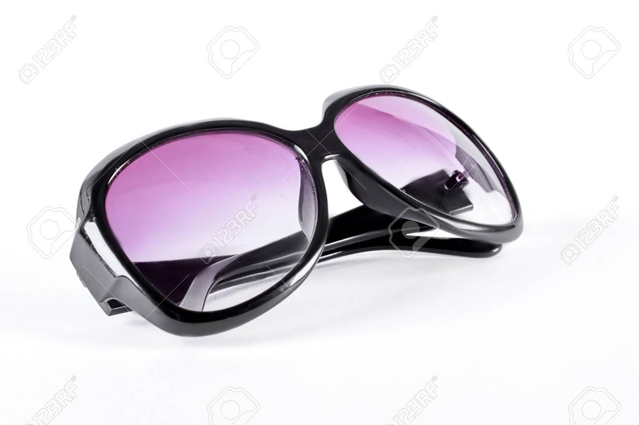 Banque d images - Lunettes de soleil femme avec verre violet. Femme lunettes  de soleil surdimensionnées avec cadre en plastique noir. 11bd7e2a149e