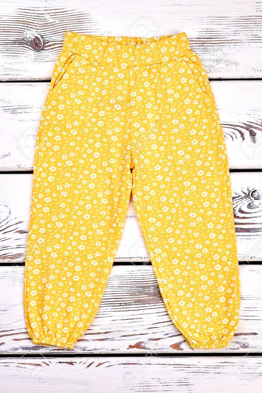 Pantalones Casuales Amarillos Bebe Nina El Algodon De La Nina Pequena Modelo Los Pantalones Largos En Viejo Fondo De Madera Ropa Estampada De Flores Para Ninos Fotos Retratos Imagenes Y Fotografia De