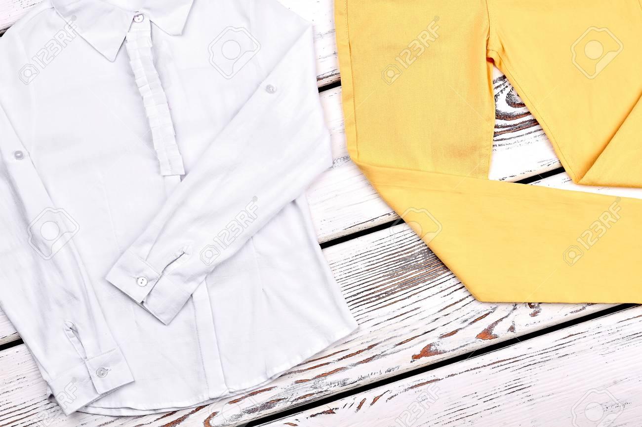 Ropa Clasica De Algodon Para Ninas Camisa De Algodon Blanca Para Ninas Adolescentes Y Pantalones Amarillos Delgados Conjunto De Alta Calidad Para Ninos Fotos Retratos Imagenes Y Fotografia De Archivo Libres De