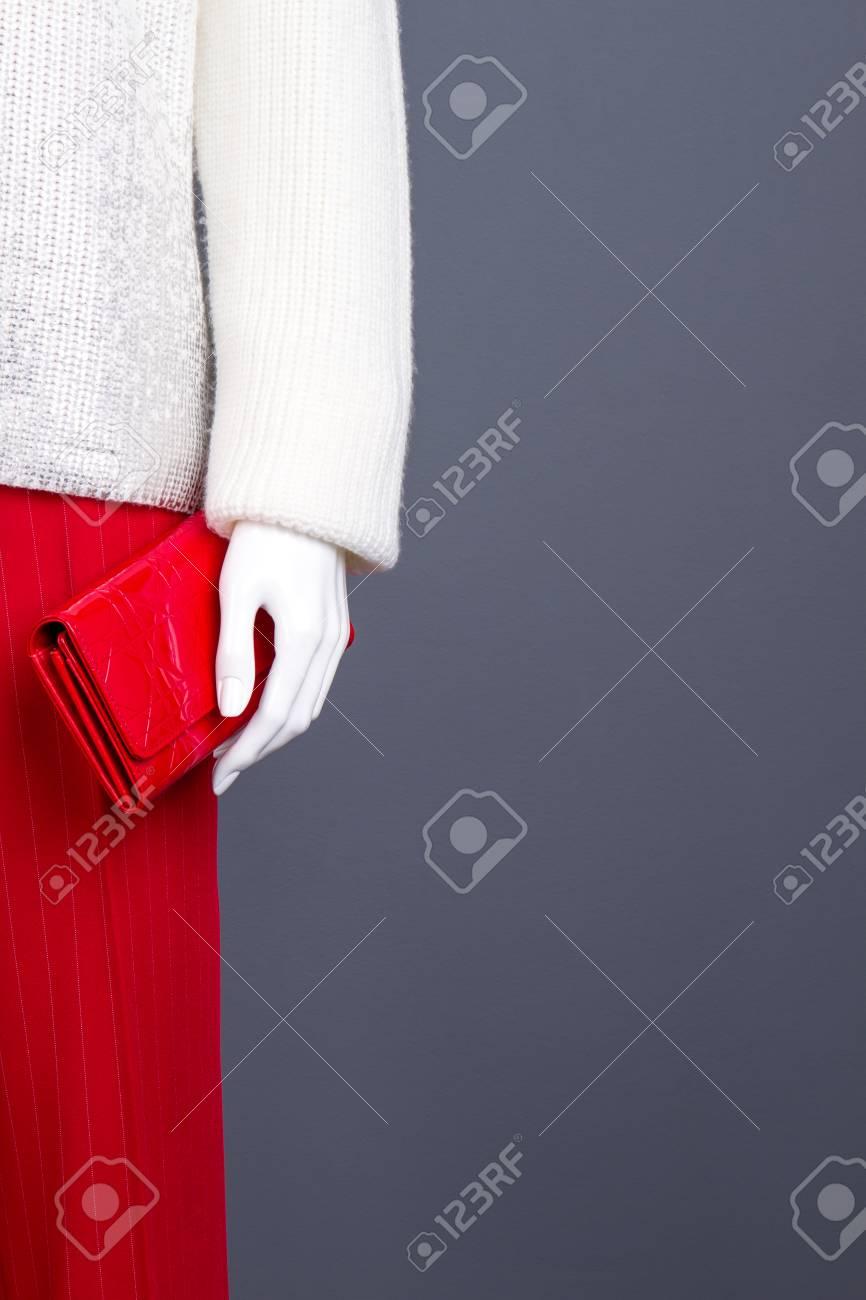 Armario De Moda Para Mujer Espacio De Copia Sueter Femenino De Diseno De Moda Blanco Y Pantalones Rojos En Maniqui Imagen Recortada Maniqui Con Cartera De Mujer Glamour Fotos Retratos Imagenes Y