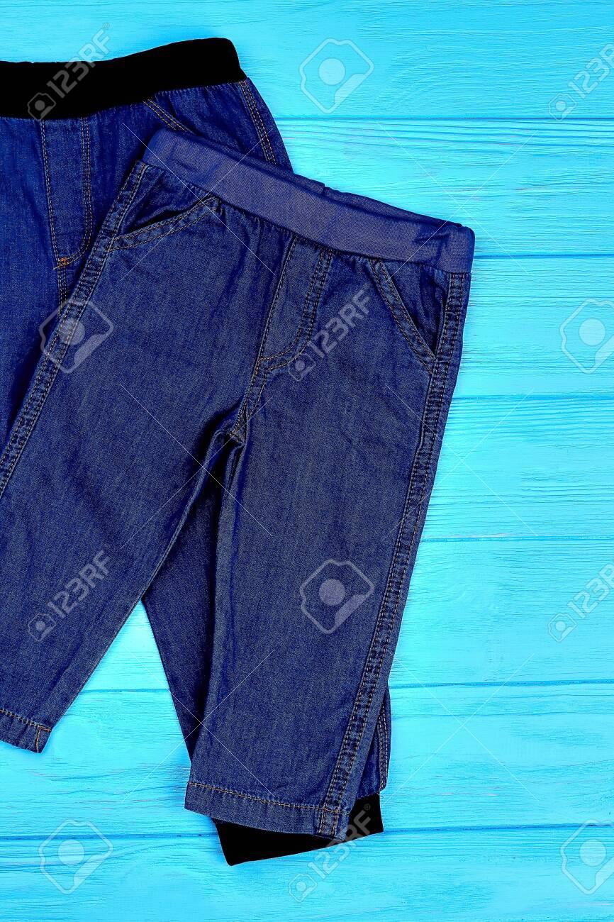 Conjunto De Pantalones De Jean Para Bebes Leggings Jaen Azul Oscuro De Moda Para Ninos Pequenos Vista Superior Denim De Moda Para Ninos Pequenos Fotos Retratos Imagenes Y Fotografia De Archivo Libres