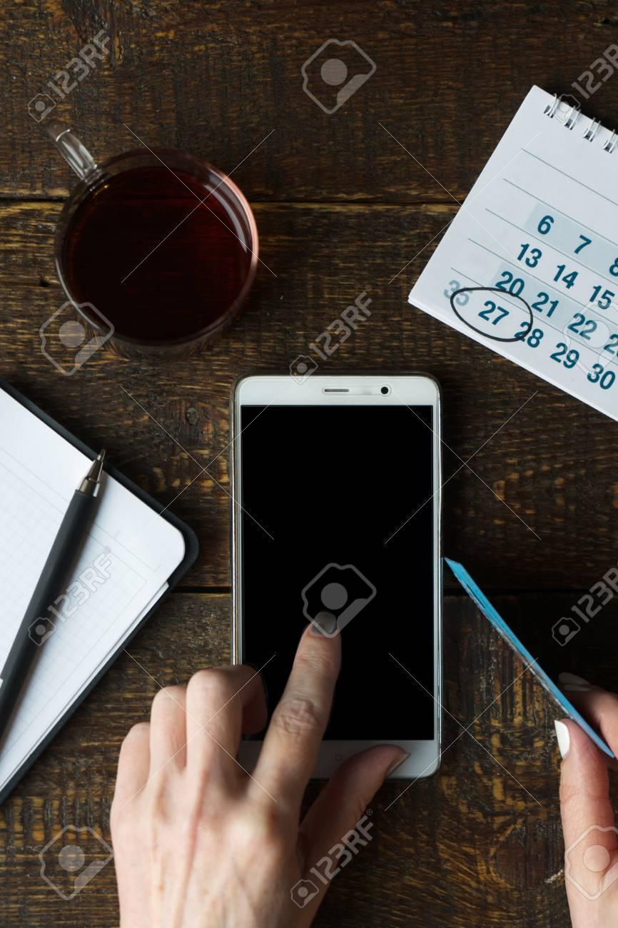 Carte De Paiement Black.Black Friday La Main Sur Le Telephone La Carte De Paiement Et Le