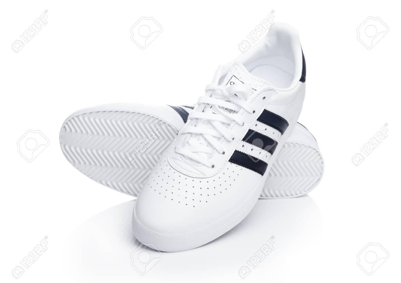 Londres, Royaume Uni 2 janvier 2018: chaussures Adidas Originals sur fond blanc. Société multinationale allemande qui conçoit et fabrique des