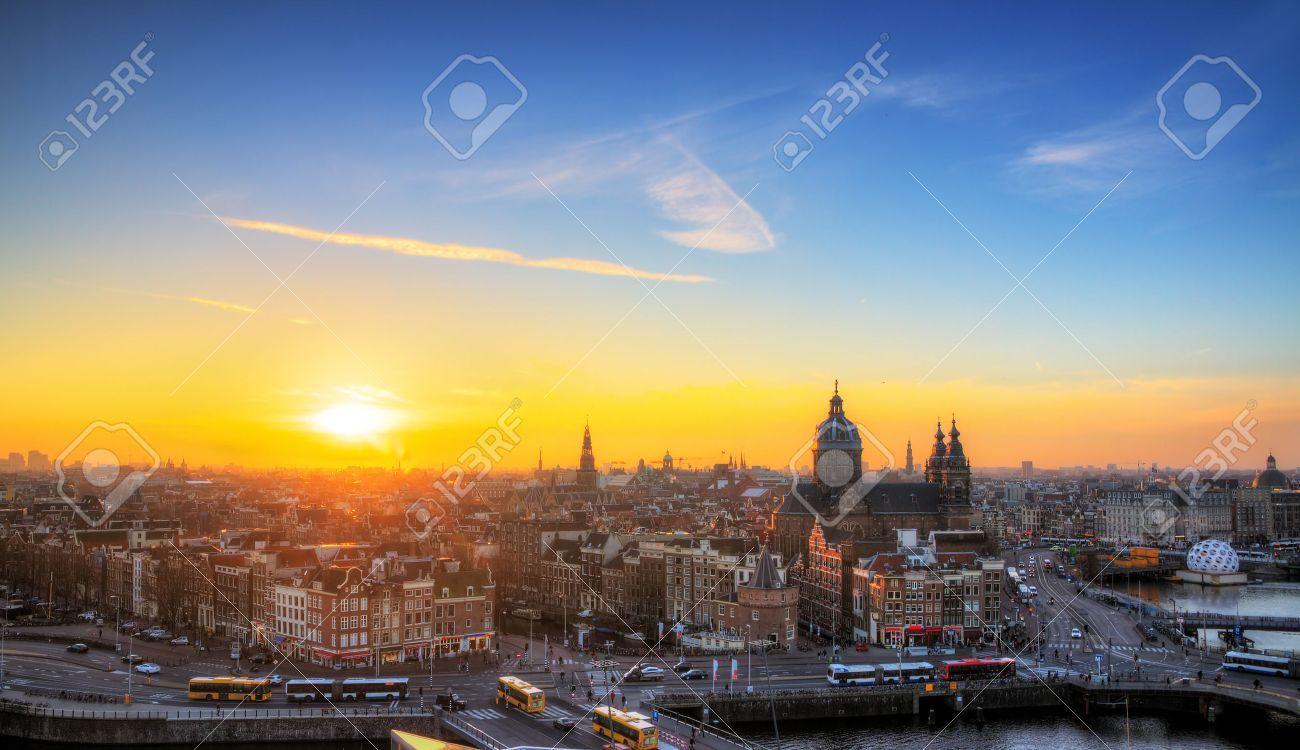 atardecer paisaje urbano en el invierno de la ciudad de amsterdam holanda hdr foto de