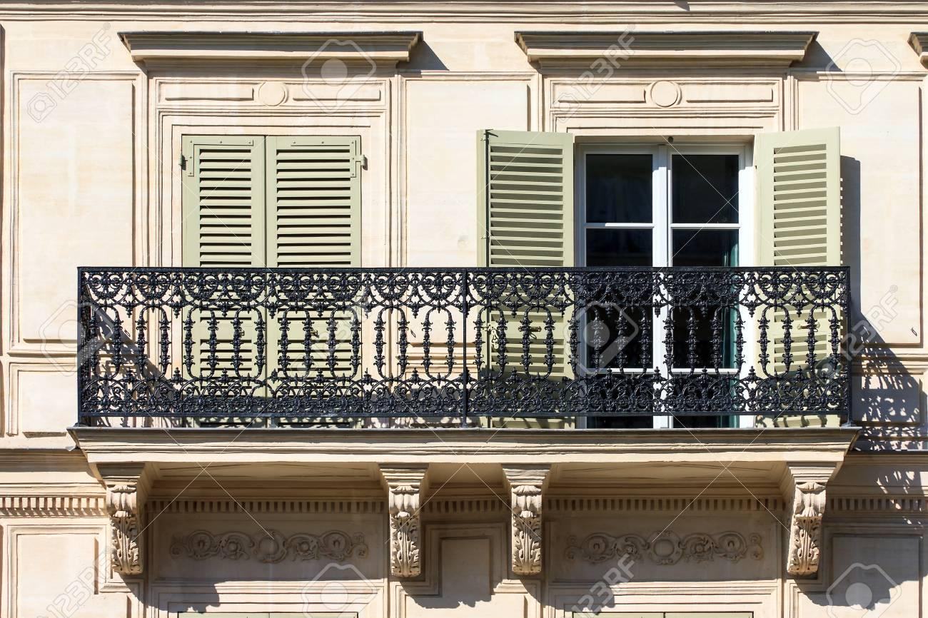 Typischer Franzosischer Balkon Eines Wohngebaudes In Paris Frankreich