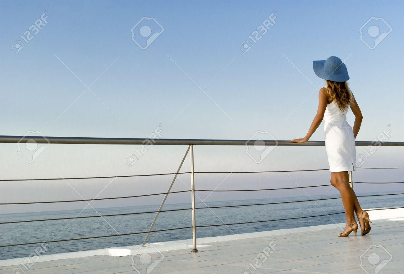 Блондинка на яхте в лучах заката
