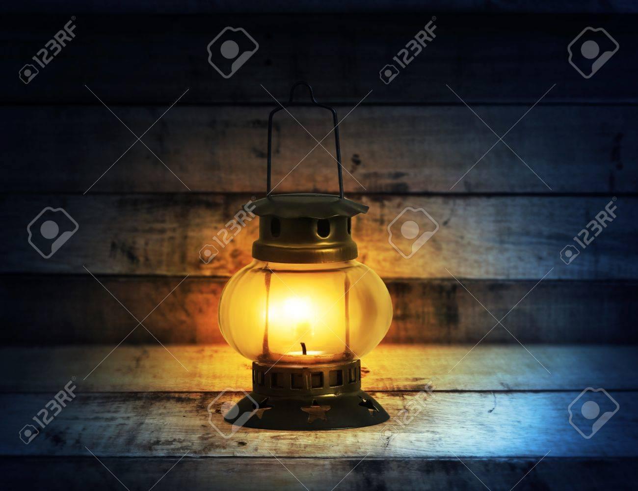 Bois Avec Brûlant Lumineuse Lampe Flamme Pétrole À Le Ancienne Entre 92eWDEHIY