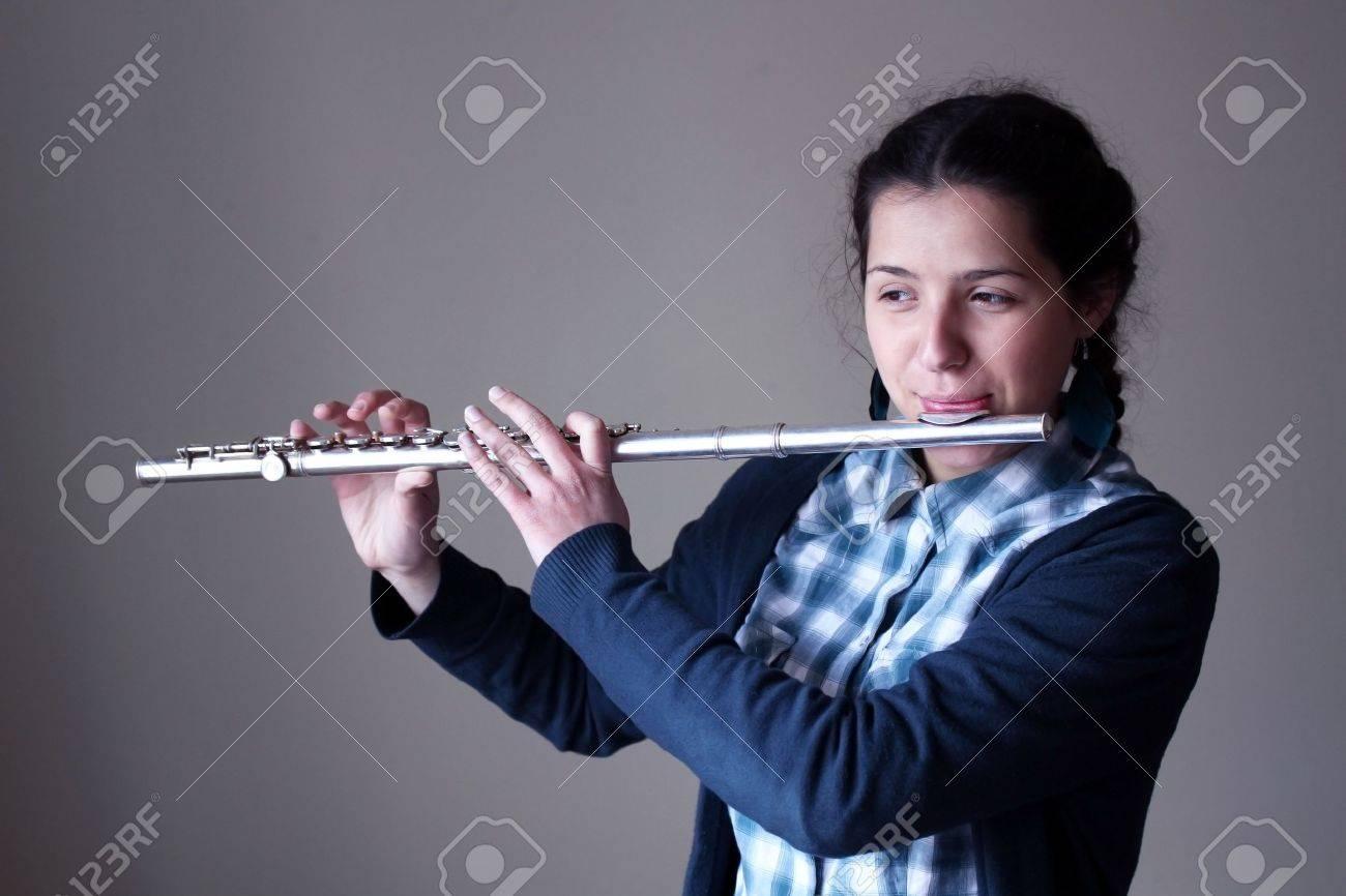 Девушка играет на кожоной флейте смотреть онлайн фото 18-196