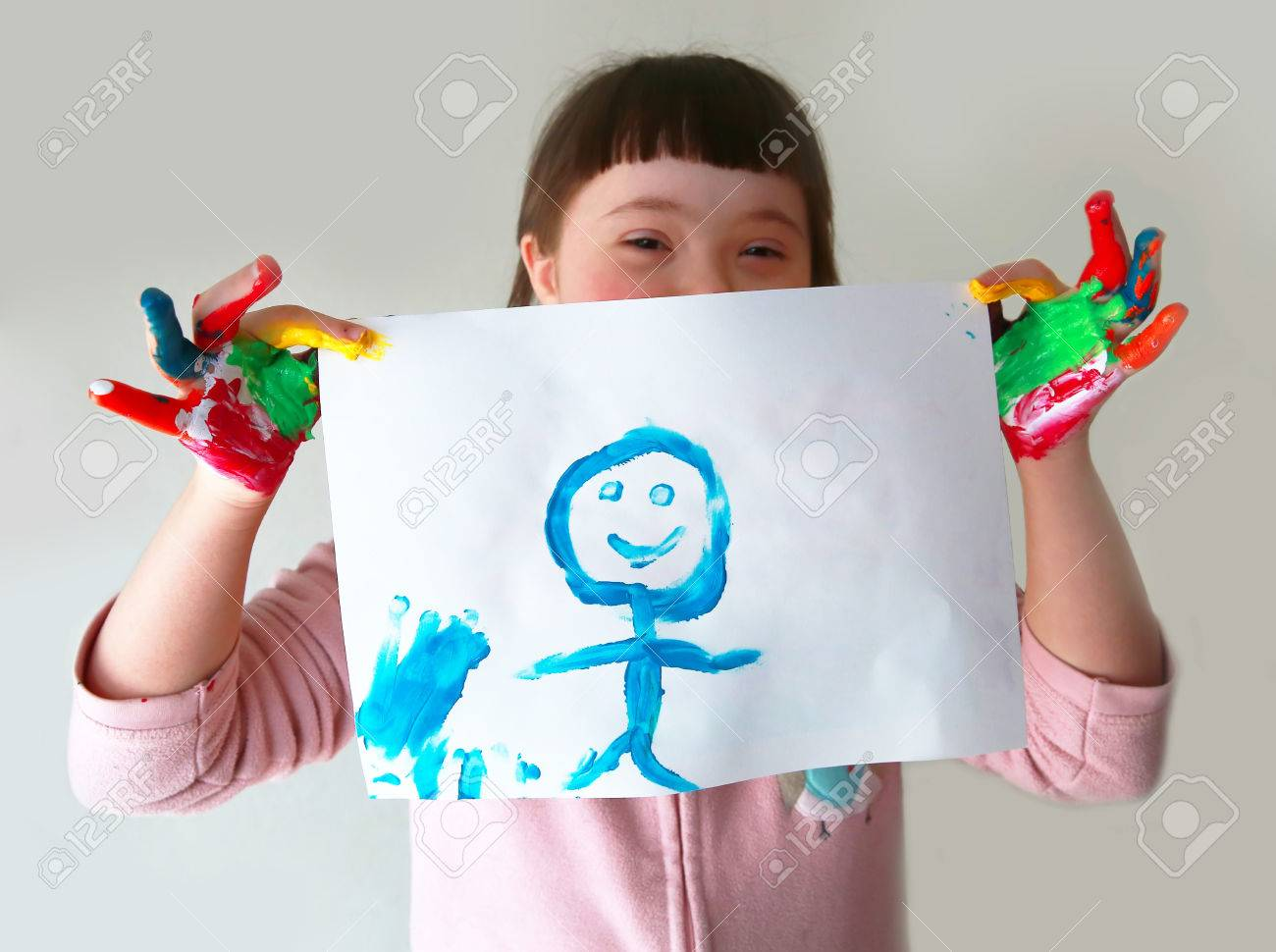 Cute girl with her painting Standard-Bild - 39593590