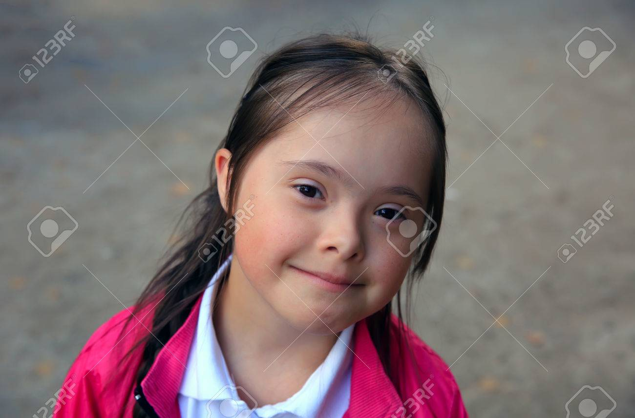 Portrait of beautiful young happy girl Standard-Bild - 47069771