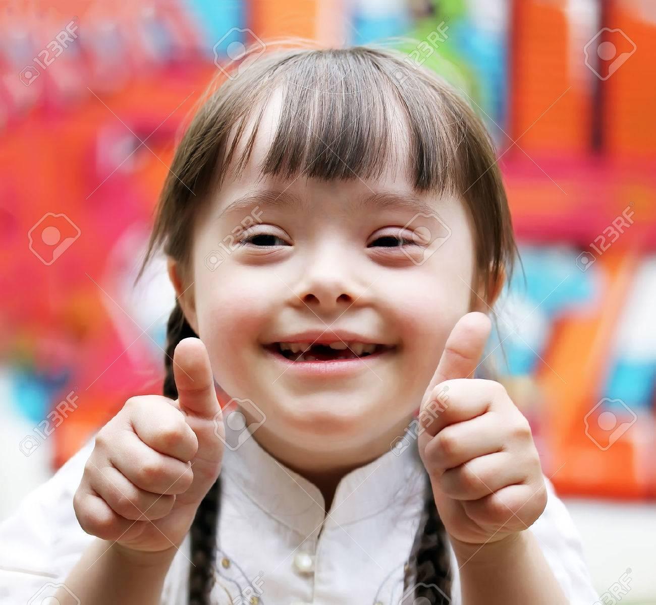 Portrait of beautiful happy girl giving thumbs up. Standard-Bild - 67080090