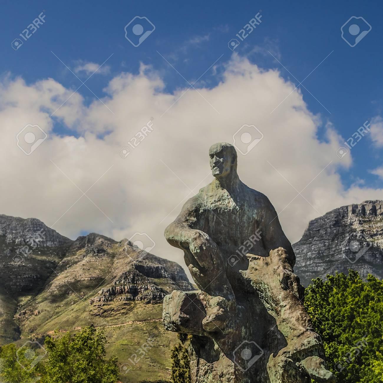 山を背景に、ヤン ・ クリスチャ...