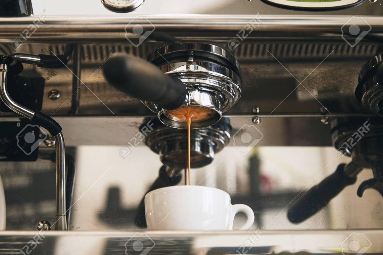 Une ArtisanalMachine Travers Espresso Moulu Dans Céramique Fraîchement Filtre Café Un Le Tasse En Sans Blanche À Du Fond Porte eEb9IWHYD2