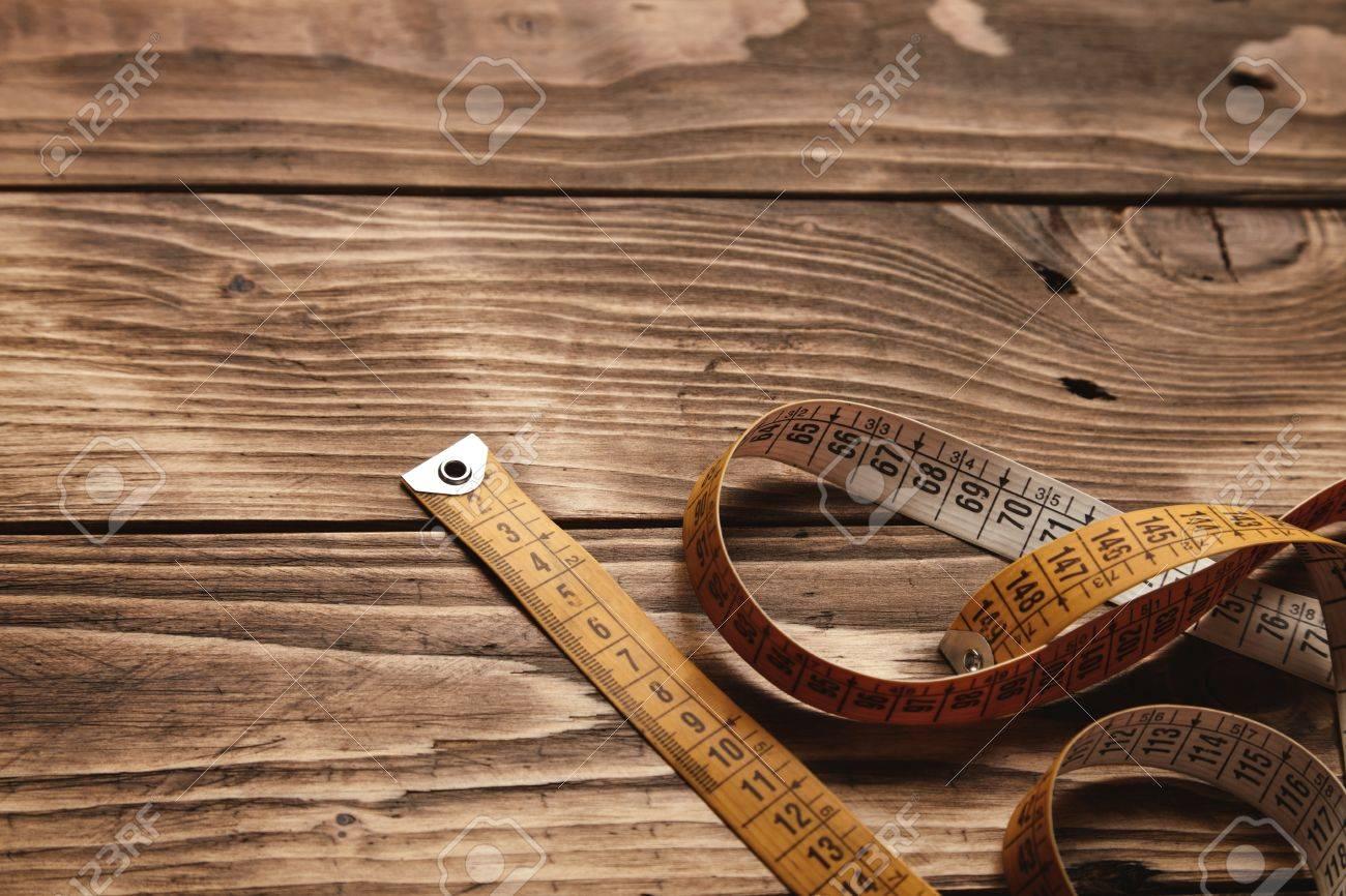 Vintage kleermaker heerser geïsoleerd op neer deel van oude houten