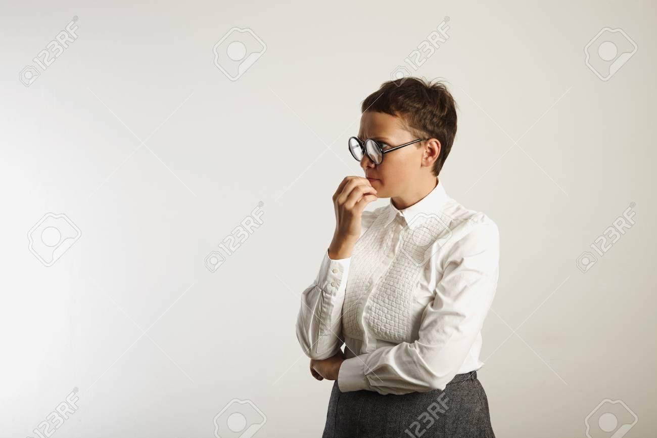 Banque d images - Enseignant en tenue blanche et grise conservatrice et des  lunettes noires rondes profondément dans la pensée isolé sur blanc 3a5244d23210