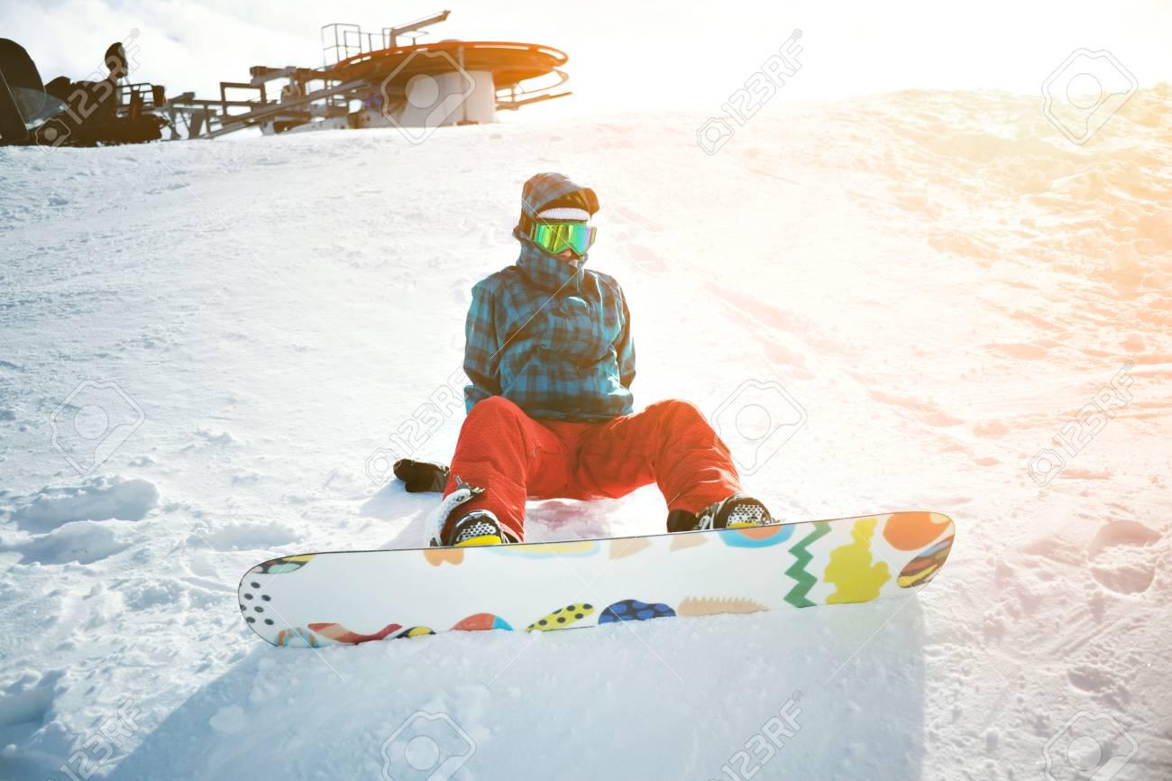 voll ausgestattet und von kalten anfänger mädchen snowboarder
