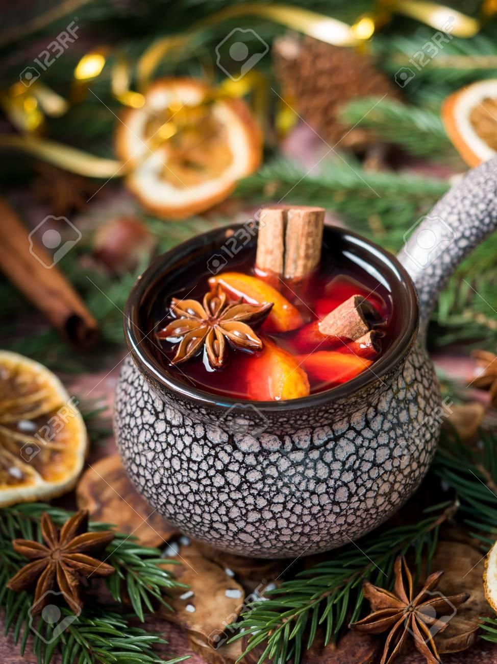 Decorazioni Natalizie Con La Cannella.Vin Brule Di Natale Con Cannella Arancia E Anice Stellato In Una Ciotola Di Ceramica Con Decorazioni Invernali