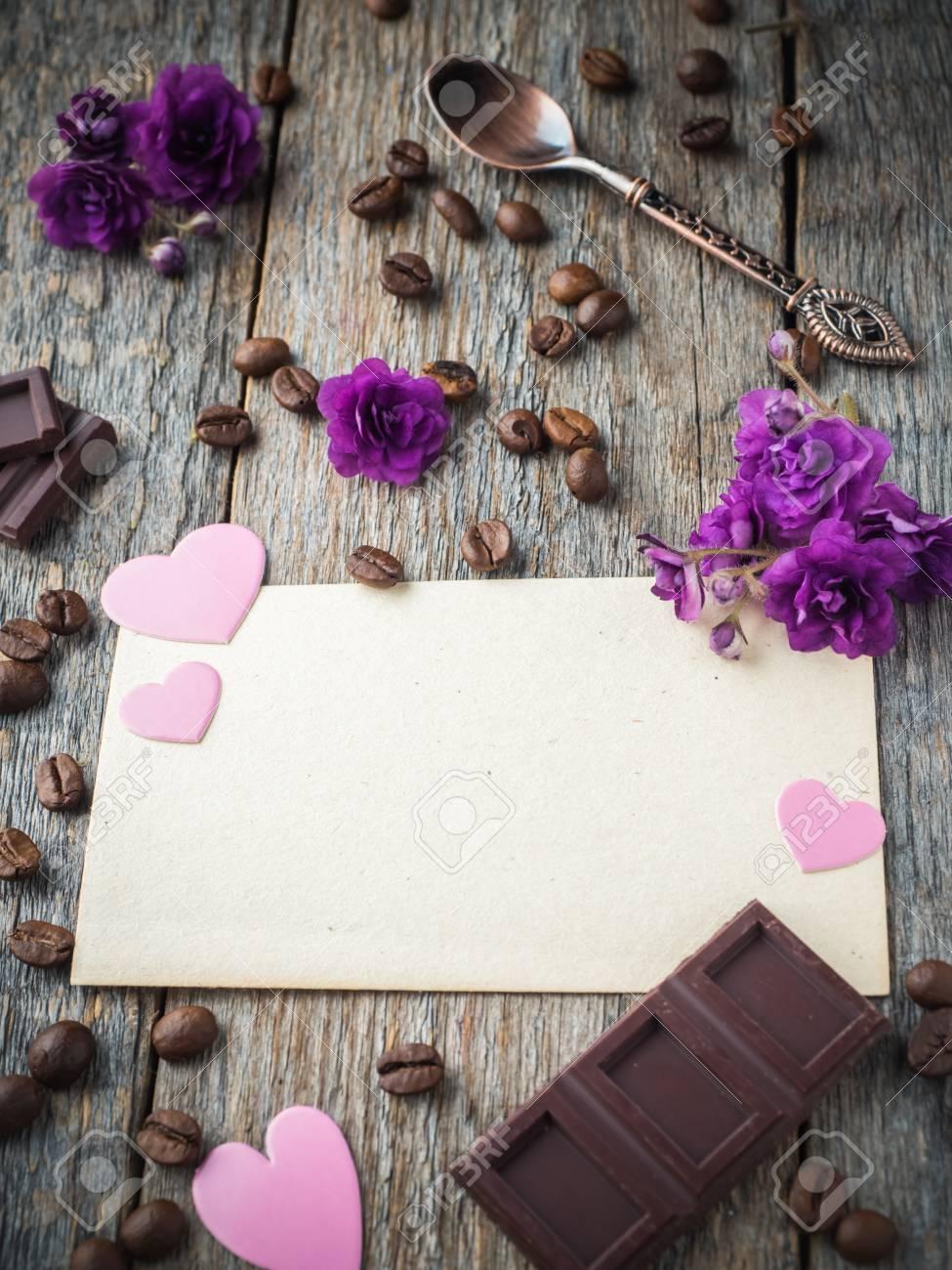 Decoraciones Para Corazones De Papel De San Valentín Violetas Flores Y Chocolate En Una Hoja De Papel Viejo Y Un Fondo De Madera