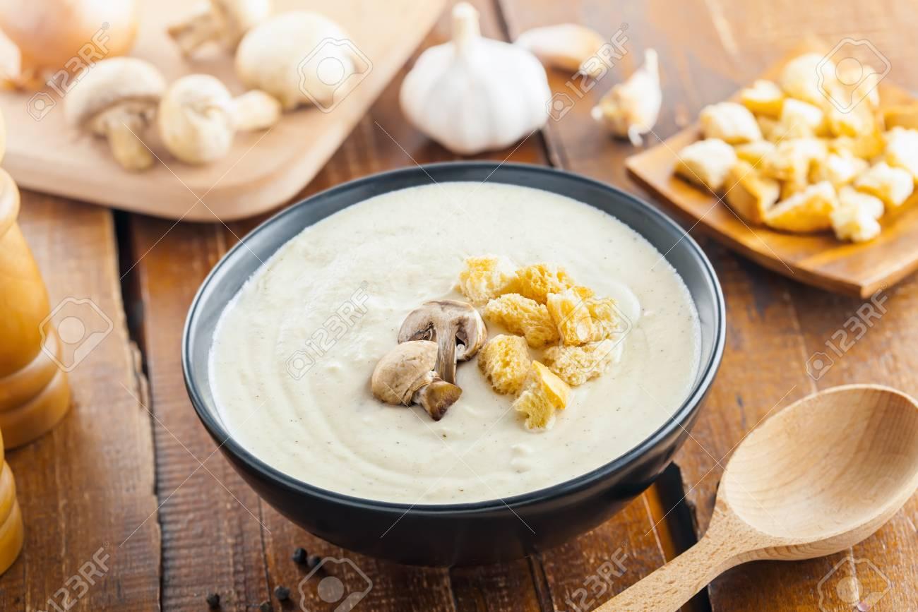 Tavolo Da Pranzo In Francese : Deliziosa crema zuppa di funghi è cucinare per il pranzo gli