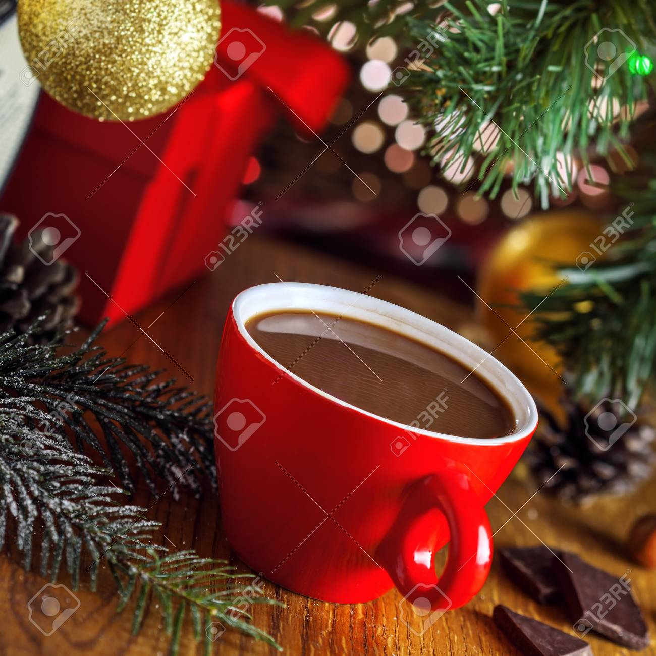 Tasse Heißen Kakao Getränk Unter Weihnachtsbaum, Geschenk-Boxen Auf ...
