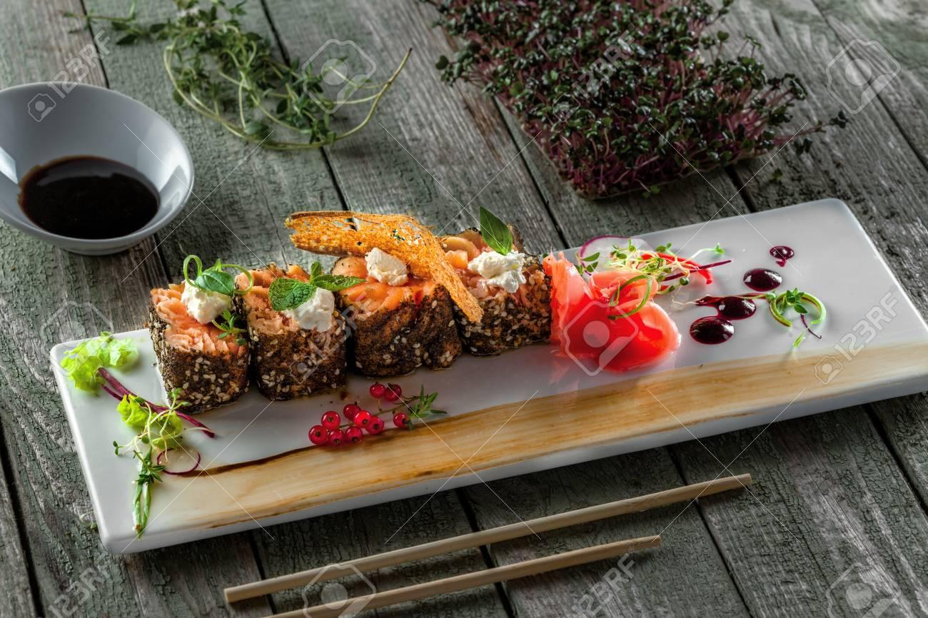 Rouleaux de saumon frais avec gingembre mariné et sauce soja  Nourriture  japonaise saine faite de poisson de saumon sur une table  Repas sashimi