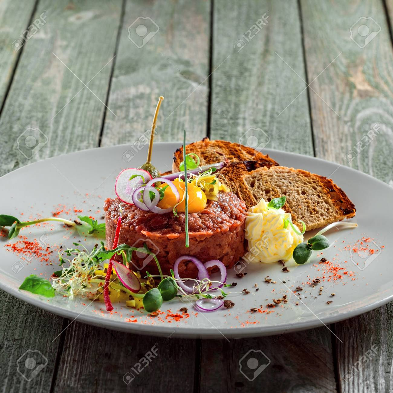 Klassische französische küche  Köstliches Tartare Mit Toastbrot Und Salat Auf Einer Platte. Gesunde ...