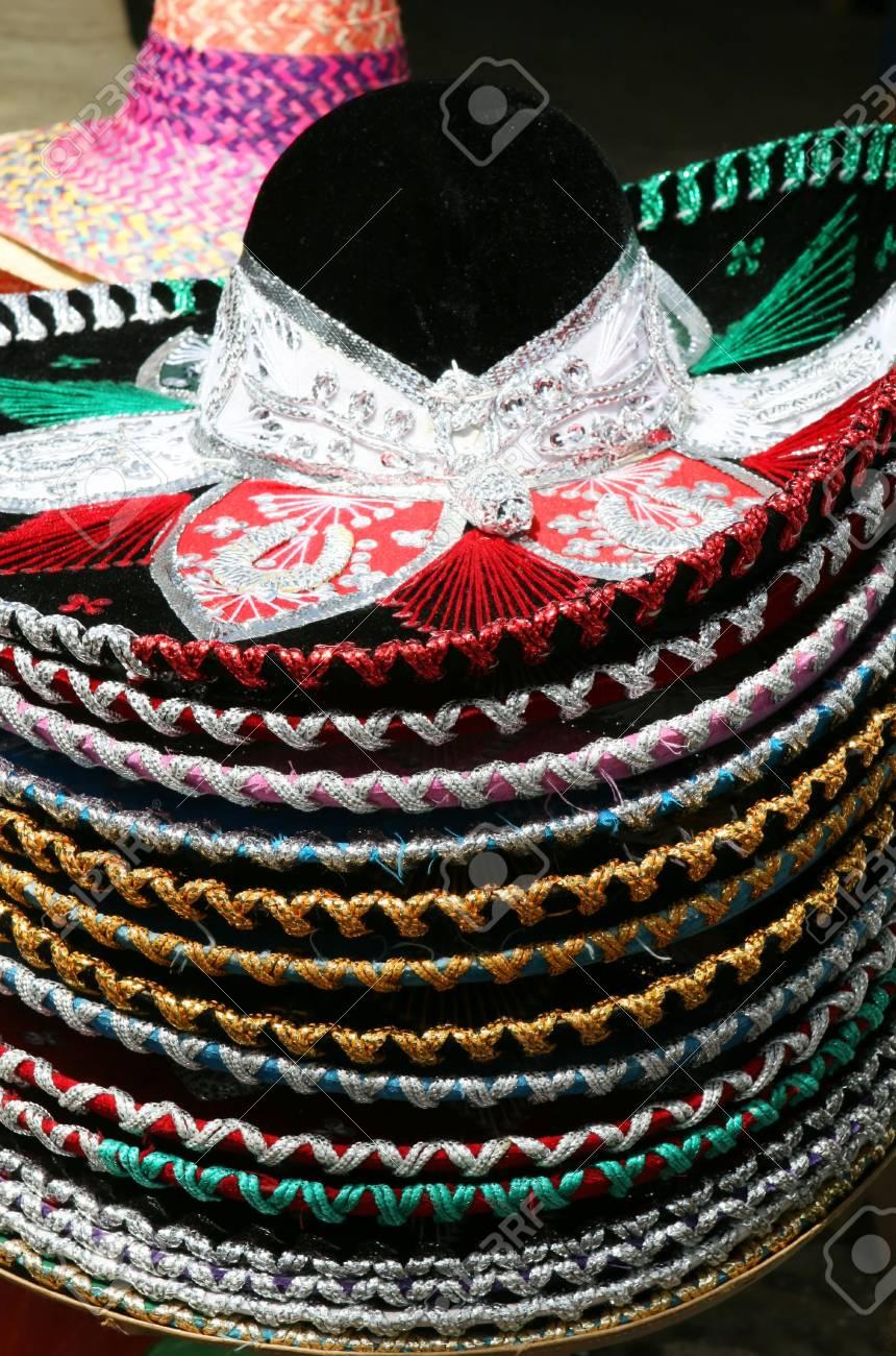 Foto de archivo - Una pila de coloridos sombreros tradicionales mexicanos a  la venta en la región Yucatain b482ecfaafa