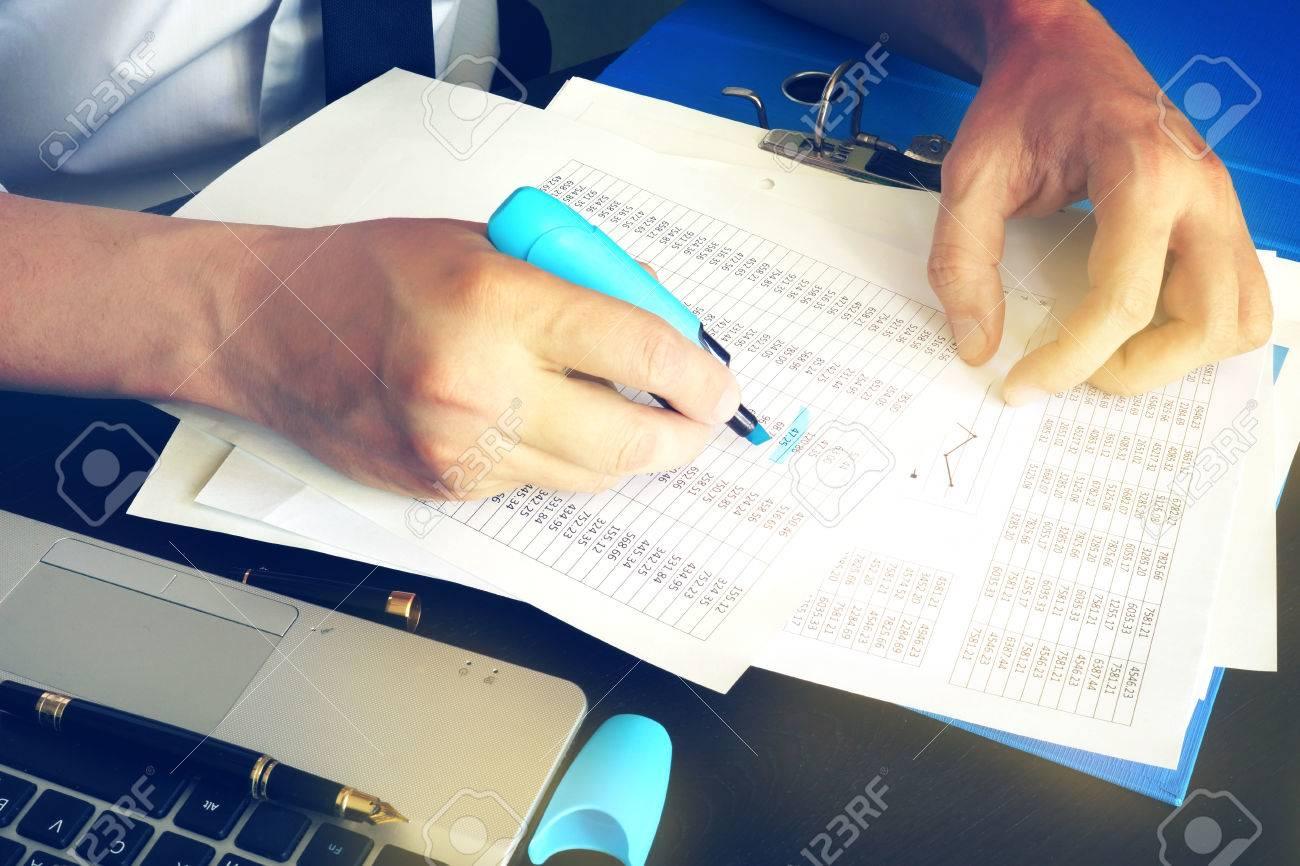 Inspector Financiero O Contable Comprobando El Equilibrio Concepto De Auditora