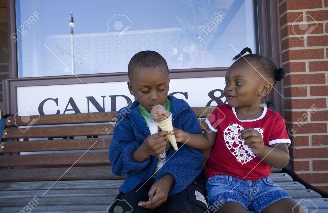 Boy and girl sharing ice cream cone Stock Photo - 7190137