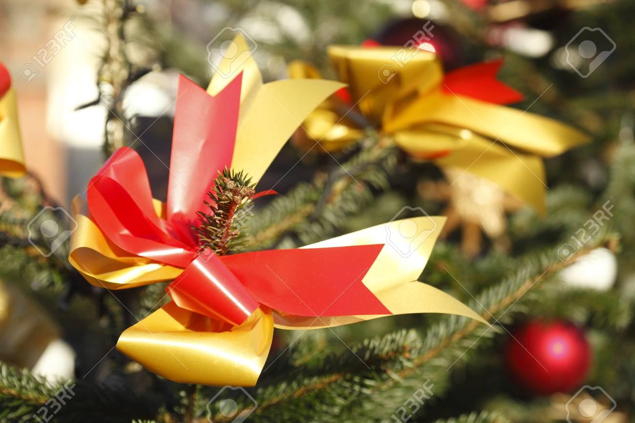 154f4757d1abc Foto de archivo - Lazo rojo dorado en un árbol de Navidad
